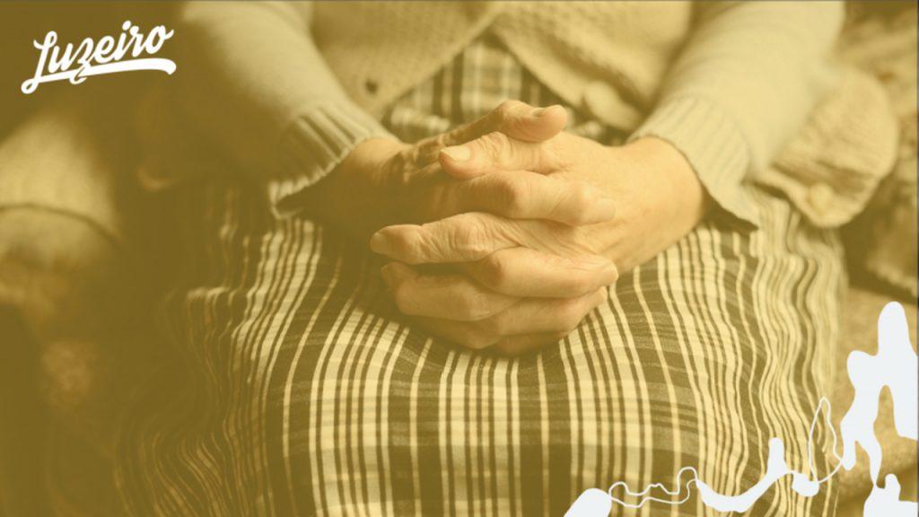 Intimidade com Deus: pessoa orando